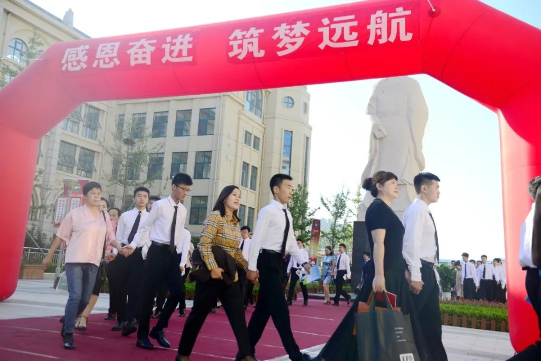 烟台三中隆重举行第十二届高三学生成人礼仪式