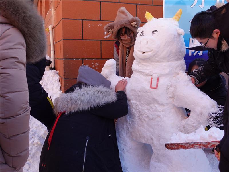 烟台外国语实验学校高中部举办雪雕比赛